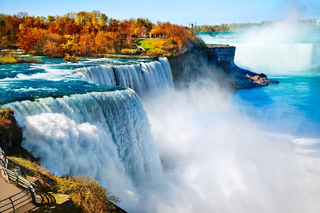 Ниагарский водопад осенью в Канаде