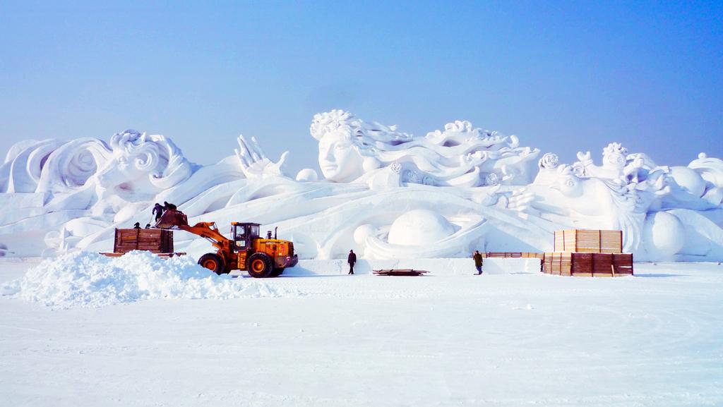 Подготовка фестиваля снежных и ледяных скульптур в Харбине
