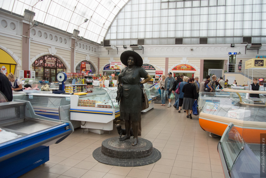 ТЦ Новый Привоз и памятник тёте Соне