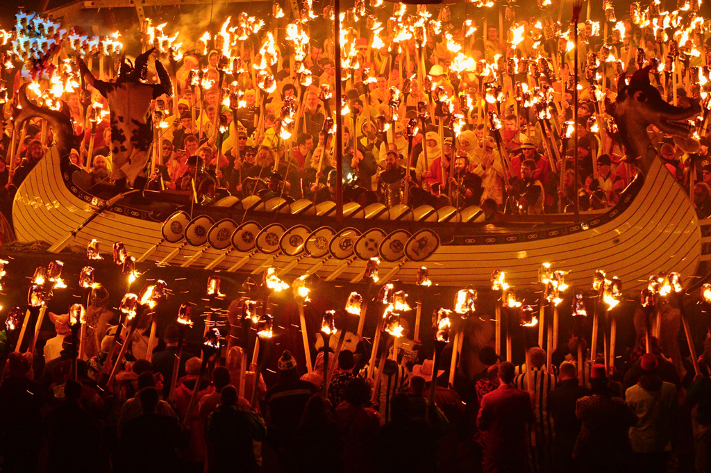 Фестиваль огня Up Helly Aa в Шотландии