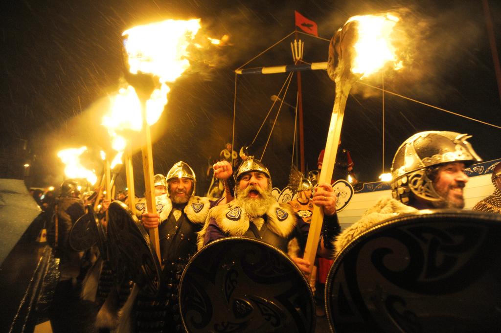 Процессия с факелами, фестивале  Апхеллио, Шотландия
