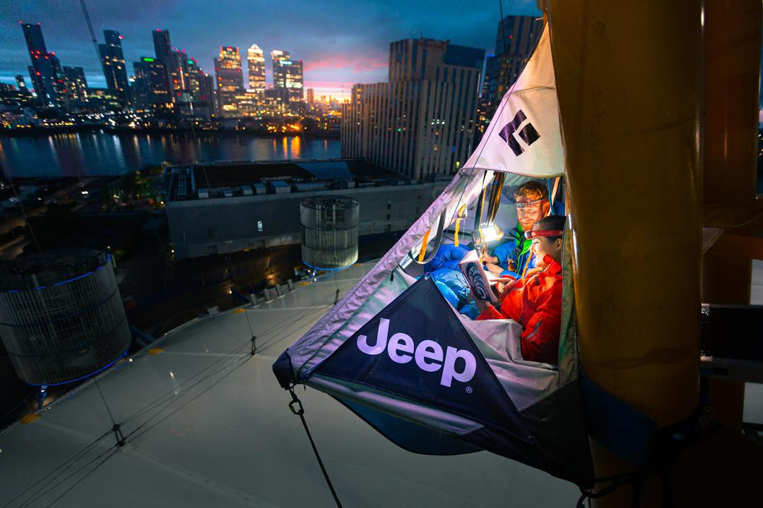 Молодая пара ночью в подвесной палатке