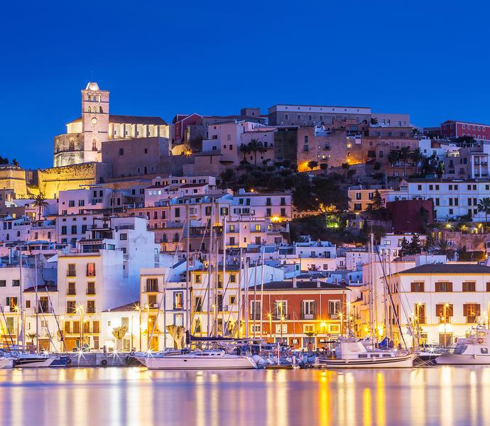 Ibiza Dalt Vila в центре города ночью