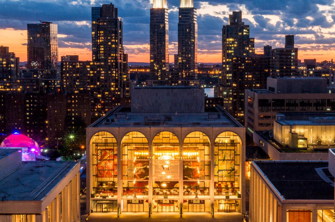 Вид на полностью освещенный театр Метрополитен-опера