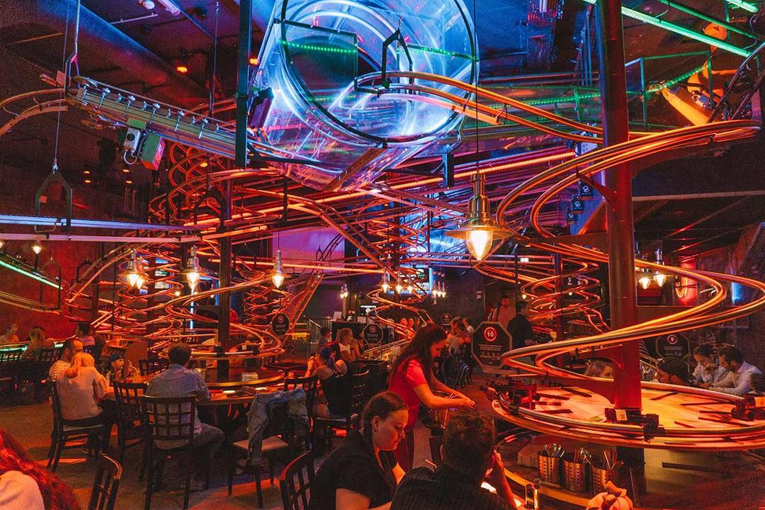 Изогнутые трубки и стеклянная труба в интерьере ресторана