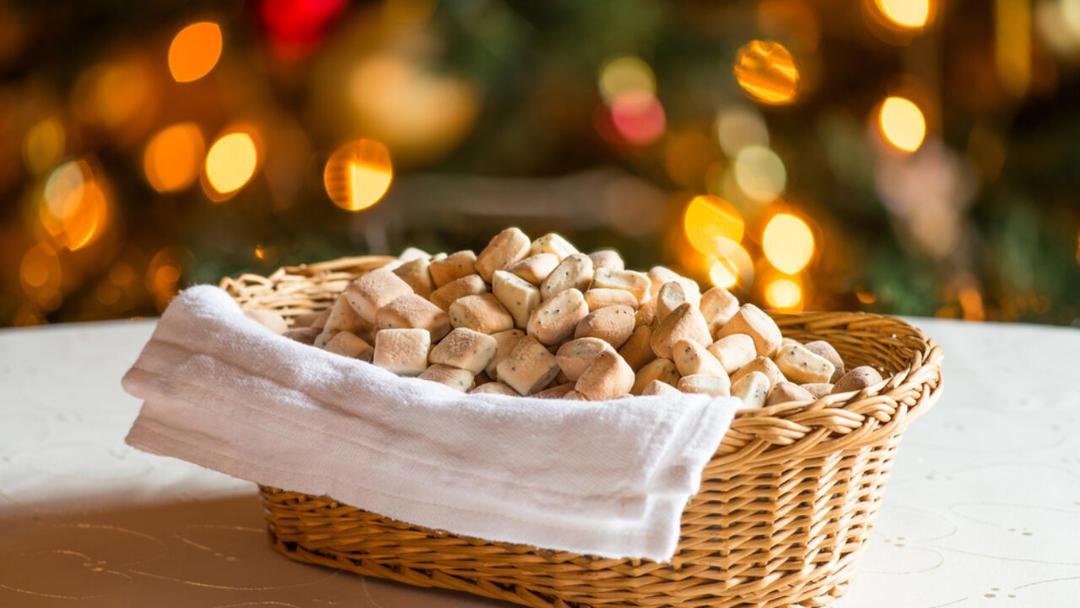 Корзинка полная литовского рождественского печенья