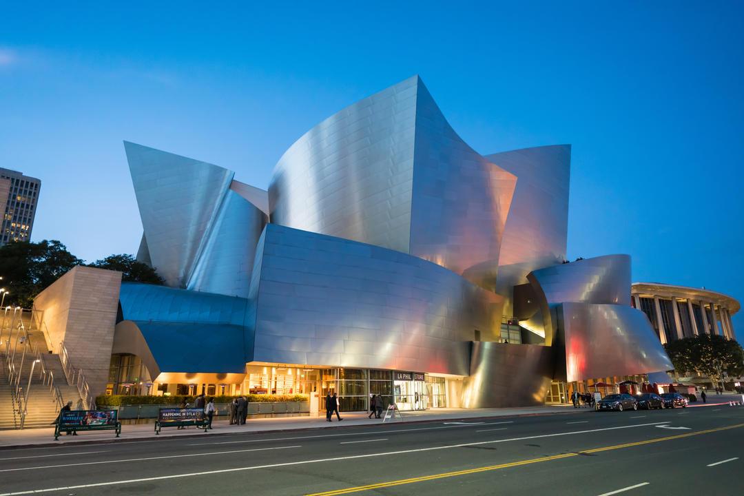 Футуристический вид металлического фасада концертного зала