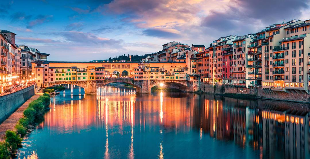 Средневековый арочный речной мост Понте Веккьо во Флоренции