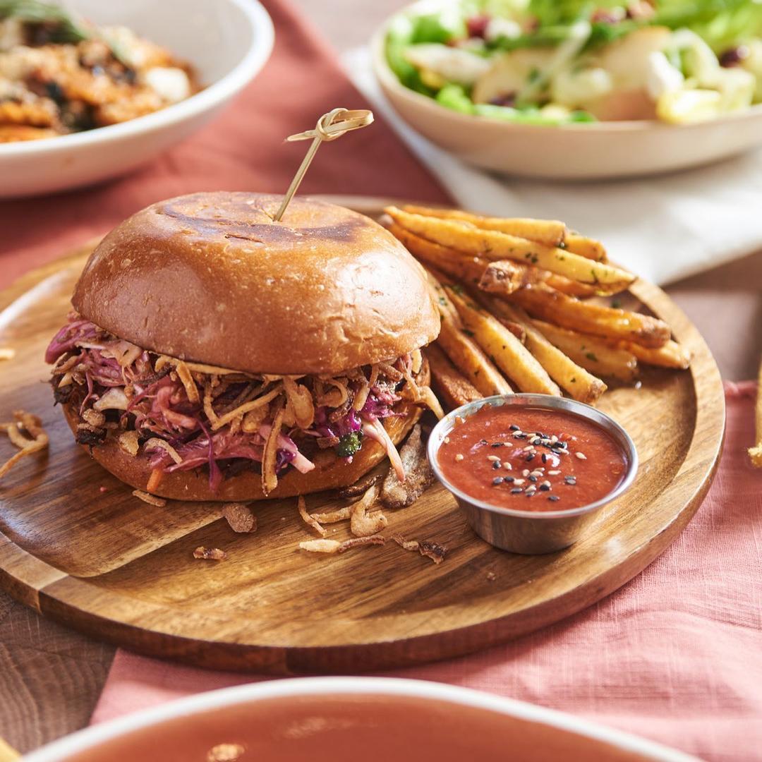 Вегетарианский бургер с кортофелем фри и соусом