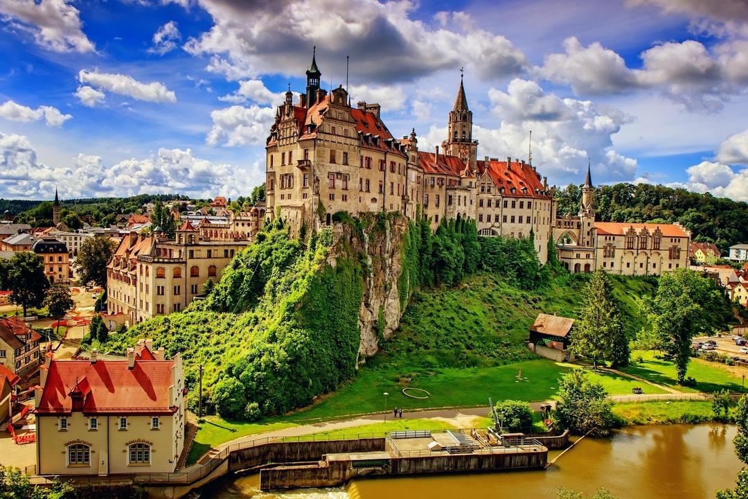 Замок на скале в окружении средневекового города