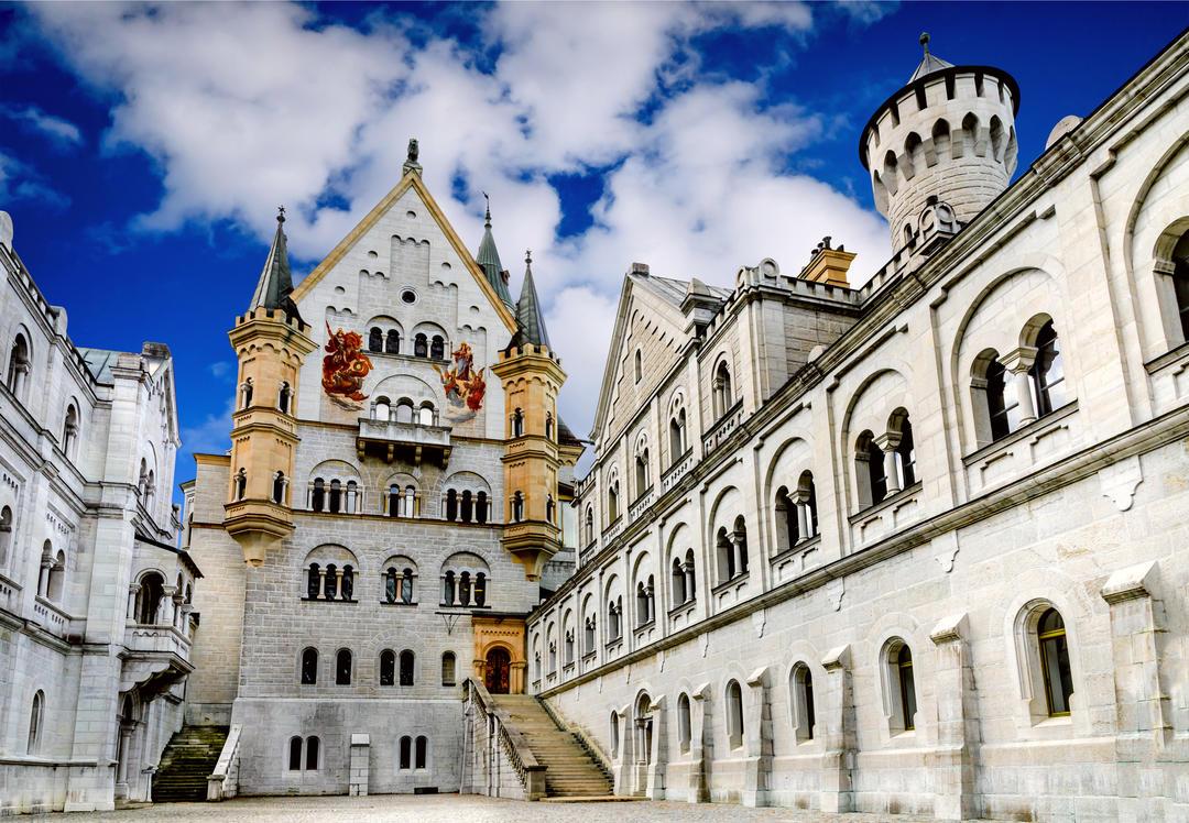 Двор замка девятнадцатого века на юго-западе Баварии