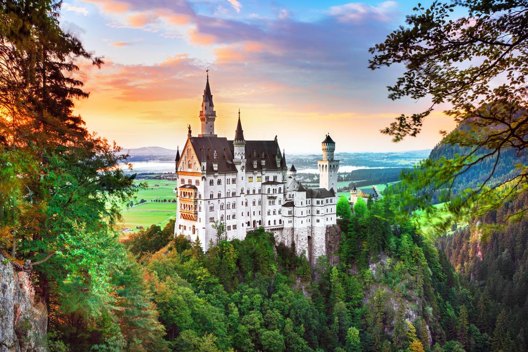 Сказочныго замок на скале недалеко от Мюнхена