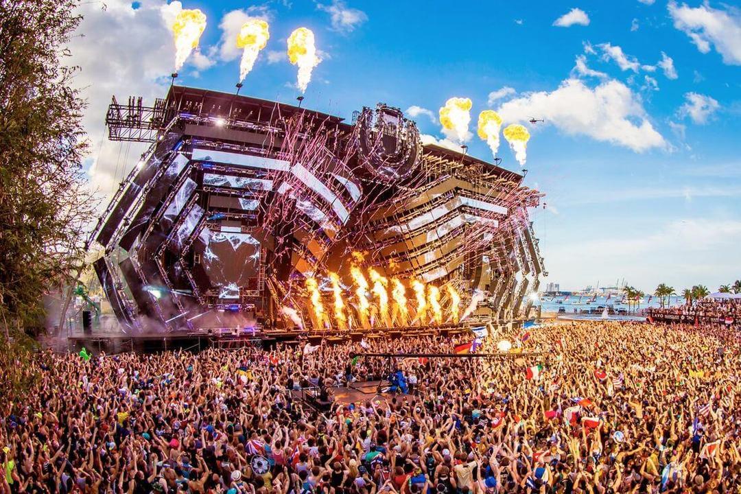 Огромная сцена на концерте электронной музыки