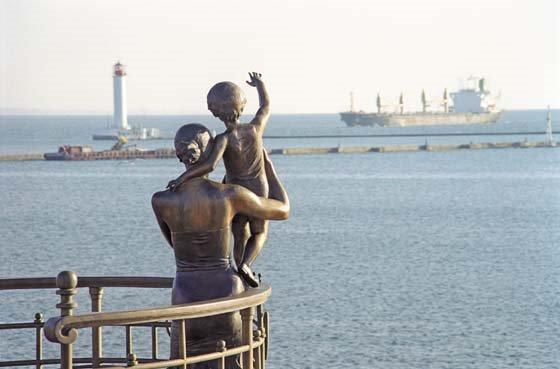 Памятник жене моряка в Одессе - посвящен ждущей на берегу семье