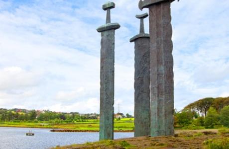 Памятник Мечи в камне