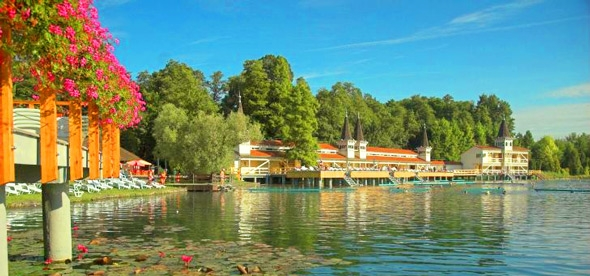 Лечебное озеро с парком в Хевизе
